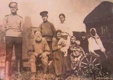 Крестьянская семья (старое фото)