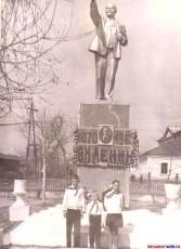 У статуи Ленина