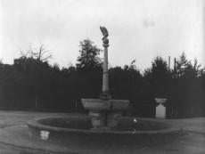 фонтан у старого дома пионеров (городской сквер)