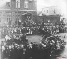 Кирсанов.1 мая 1926 год, трактор везет телегу с ребятами