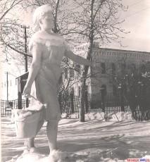 Статуя 'Доярка' в старом сквере