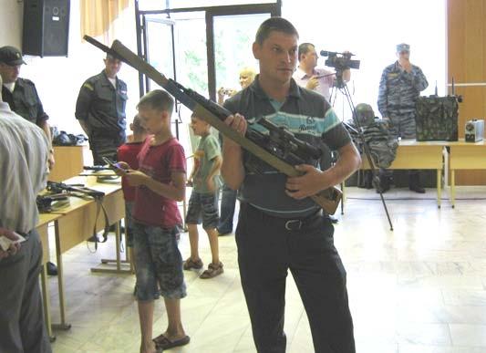 Кирсановская молодежь позирует с оружием