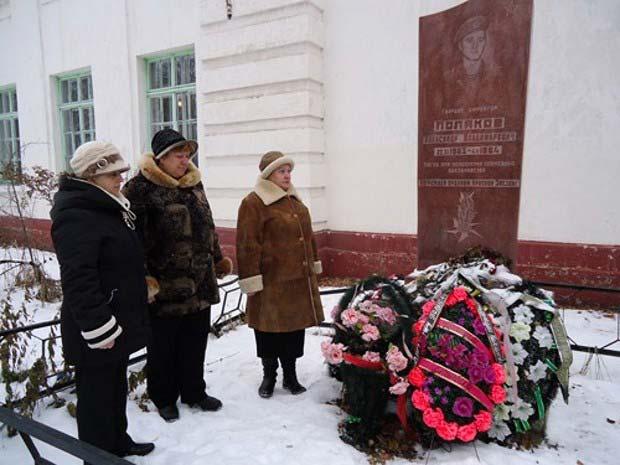 у памятника воина Полякова